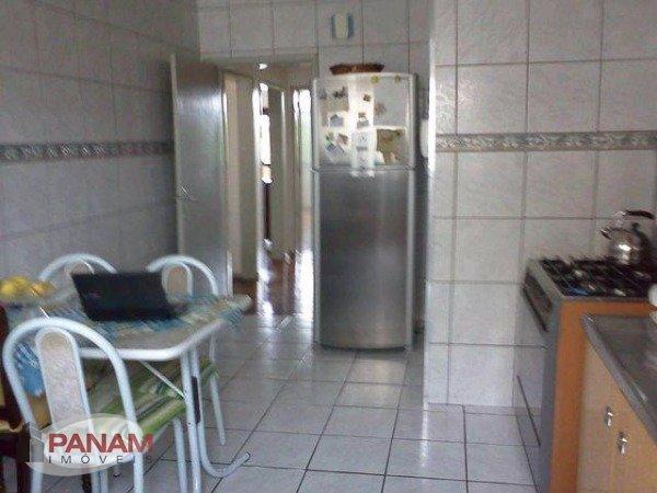 Excelente apartamento para venda no bairro São João, em Porto Alegre.  Apartamento próximo da Av. Assis Brasil, em bairro com completa infraestrutura, de frente, reformado, com 2 dormitórios, sacada, living, cozinha e área de serviço.