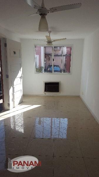 Casa em condomínio fechado com completa infra estrutura no Jardim Itú Sabará em Porto Alegre  Ótima casa com dois dormitórios, banheiro social, living com piso frio, lavabo cozinha com armários, área de serviço, churrasqueira, e uma vaga de garagem.