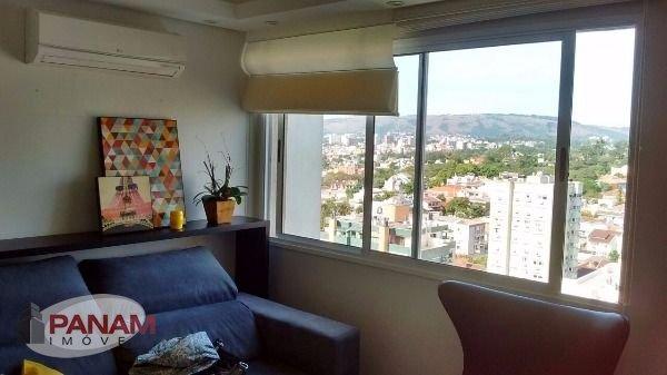 Excelente apartamento a venda no bairro Vila Ipiranga em Porto Alegre  Lindo apartamento com três dormitórios, sendo uma suíte, living dois ambientes, banheiro social, cozinha, churrasqueira, área de serviço, uma vaga de garagem. Imóvel em andar alto, arejado, silencioso e com uma linda vista, permanecerão no imóvel todos os móveis fixos, splits, cortinas e luminárias embutidas, tudo de excelente qualidade!  Condomínio com infraestrutura completa: portaria 24hs, salão de festas, espaço gourmet, fitness, sala de jogos, piscina adulto e infantil.